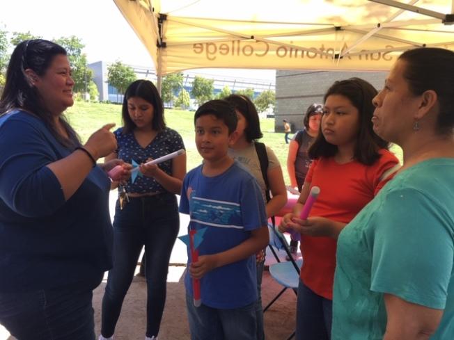 聖安東尼山社區學院17日開放藍德兒天文館參觀的同時,還現場教製作紙火箭,引起孩子們強烈興趣。(記者楊青/攝影)