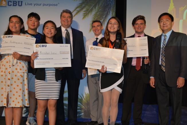 圖為六位獲獎者與CBU校長埃利斯(左四)、文理學院副院長魯健業(右一)合影。(記者啟鉻/攝影)
