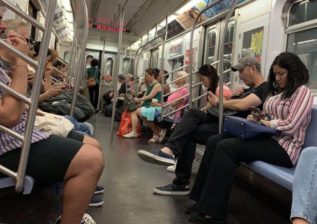 搭乘7號線的乘客表示未在車上看到ICE逮捕無證客。(讀者提供)