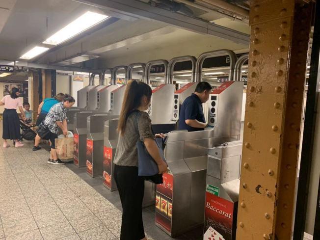 微信近日瘋傳一張通告,指ICE將在7號線地鐵上逮捕無證移民,但MTA表示通告內容並非事實,已經移除。(記者牟蘭/攝影)