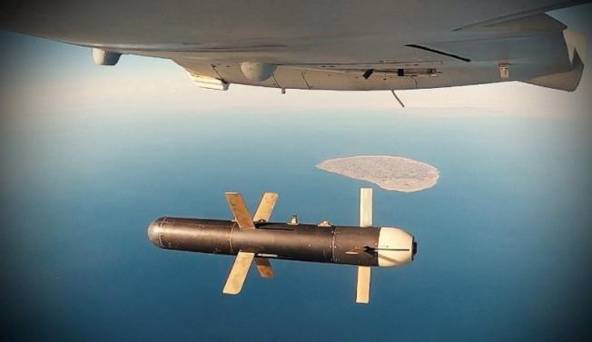 伊朗通訊社發布的照片顯示,一架伊朗無人機在波斯灣演習時,投下一枚炸彈。(路透)