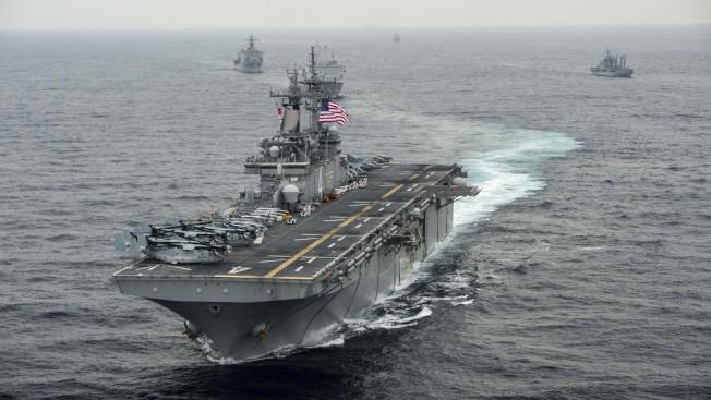 川普總統說,美國海軍兩棲突擊艦拳師號在荷莫茲海峽擊落一架伊朗無人機,當時該機已接近至距離航母不到1000碼,圖為拳師號在海上巡弋的資料照片。(Getty Images)