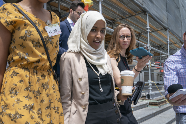 國會議員歐瑪是川普總統攻擊的靶子之一,民主黨同僚要求保護她的人身安全。(美聯社)