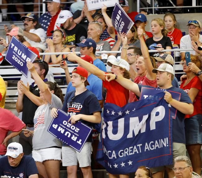 川普總統在北卡格林維爾舉行造勢大會,到場的支持者瘋狂歡呼。(路透)