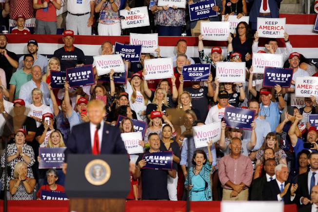 川普總統17日晚間在北卡格林維爾造勢,鼓動群眾情緒。(路透)