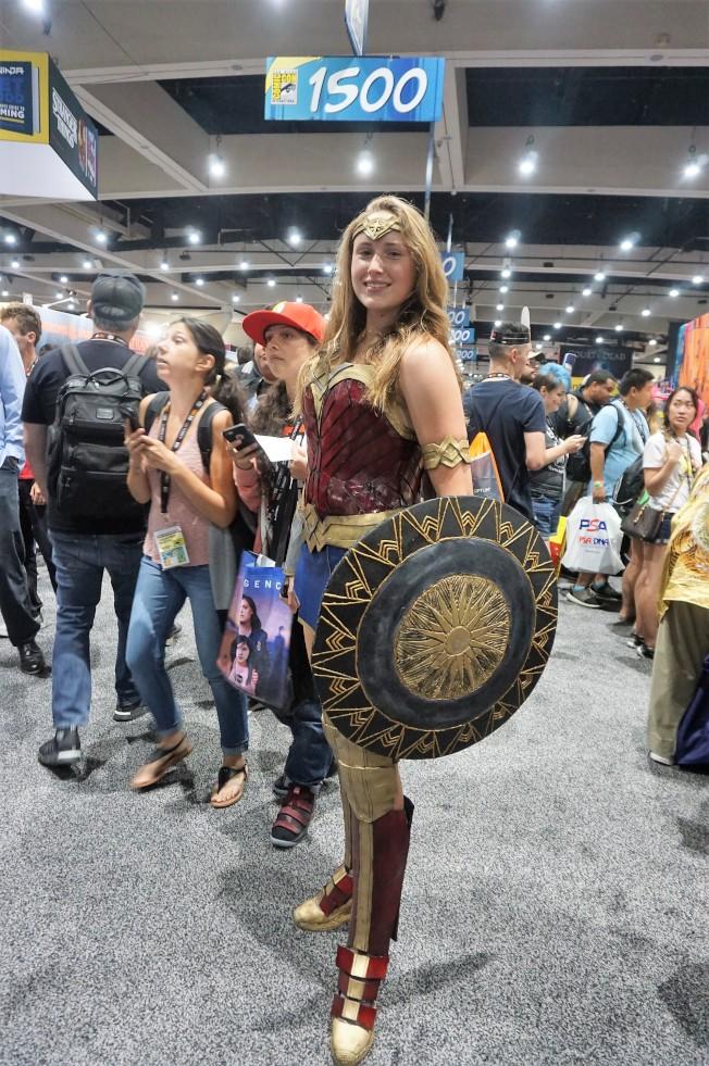 不少影迷漫迷會打扮成喜愛的角色,這位影迷親自製作了這套神力女超人戰甲和盾牌。(記者馬雲/攝影)