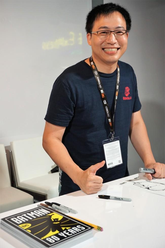 繪製蝙蝠俠漫畫的DC華裔畫師Philip Tan在動漫展上簽售。(記者馬雲/攝影)