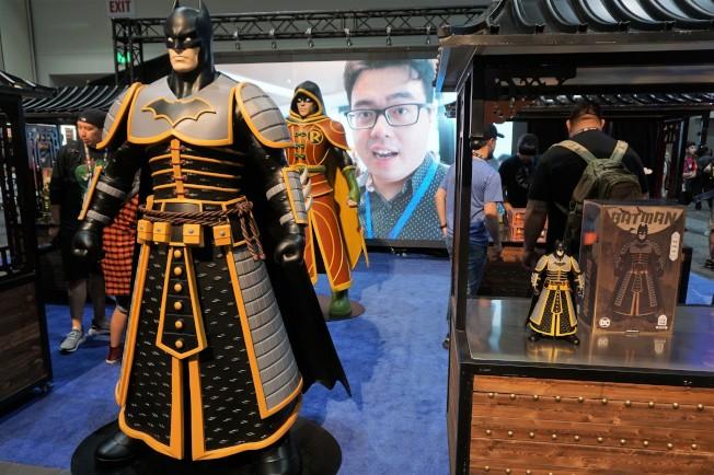來自中國的玩具商以東方蝙蝠俠亮相漫展,右側櫃中的蝙蝠俠模型售價超過300美元。(記者馬雲/攝影)