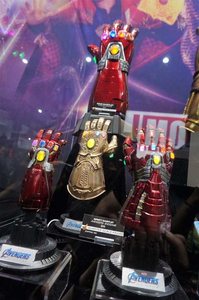 暑期票房火爆的「復仇者聯盟:終局之戰」中出現的多款無限手套模型,首次登場銷售。 (記者馬雲/攝影)