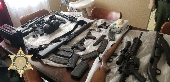 河濱縣警局18日再次大規模出動,掃蕩48處非法大麻窩點,並查獲大批非法攻擊步槍。(河濱縣警局推特)