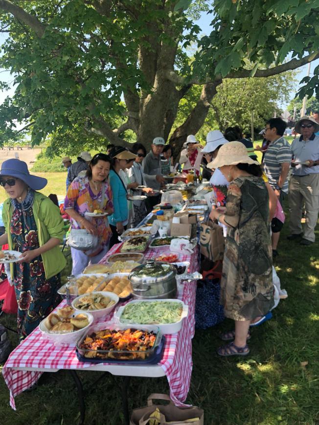 與會者各帶餐點共眾分享,滿桌美食非常豐富。(朱偉憶/攝影)