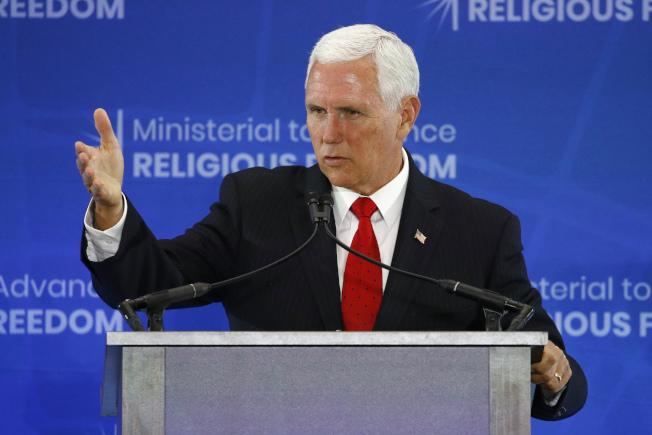 美國副總統潘斯在華府宗教自由部長級會議上說,中國侵犯人權與宗教自由,是世紀污點。(美聯社)