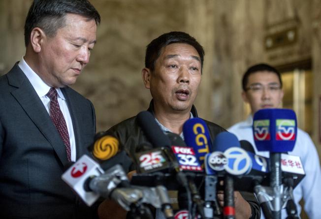 章瑩穎的父親章榮高(中)在宣判後講述全家在慘案發生後經歷的折磨。(美聯社)