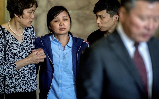 章瑩穎的母親葉麗鳳步出法庭時,要家屬攙扶。(美聯社)