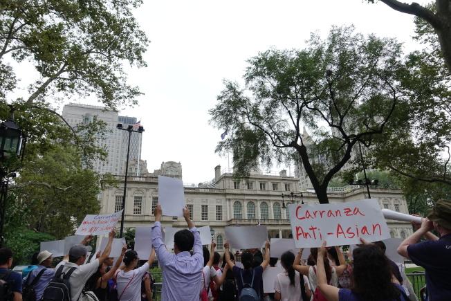 抗議家長認為,卡蘭扎若繼續掌管教育局,全市學生、家長和教職人員的權益都會受危害。(記者金春香/攝影)