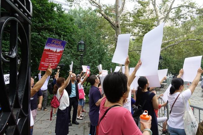 近百名家長聚集在市政廳前要求卡蘭扎下台。(記者金春香/攝影)