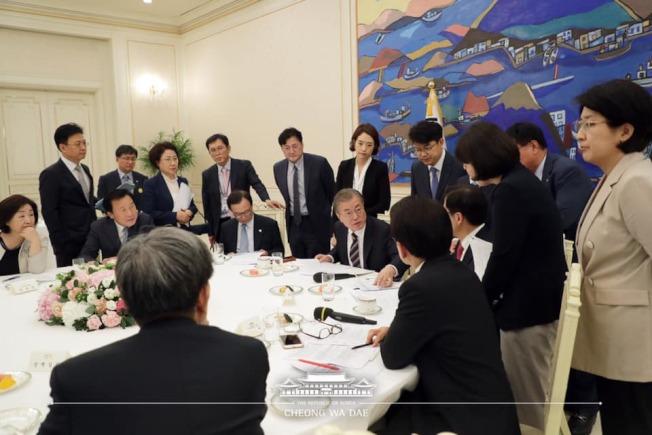 南韓總統文在寅18日下午在青瓦台會晤朝野5黨黨魁,並舉行閉門會談。(取材自臉書)