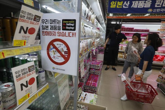 南韓消費者掀起抵制日貨風潮,衝擊Uniqlo及Kirin等日本知名品牌,同時影響旅遊業。美聯社