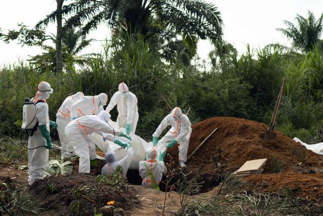 一名感染伊波拉死亡的剛果人14日下葬在穆斯林公墓。(美聯社)