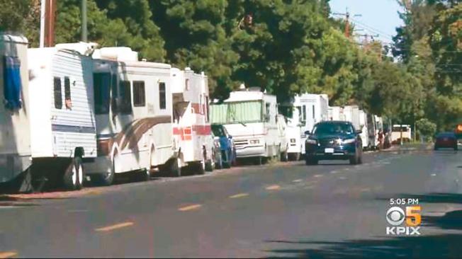 灣區住房問題嚴重,許多人只能住在露營車裡。(電視新聞截圖)