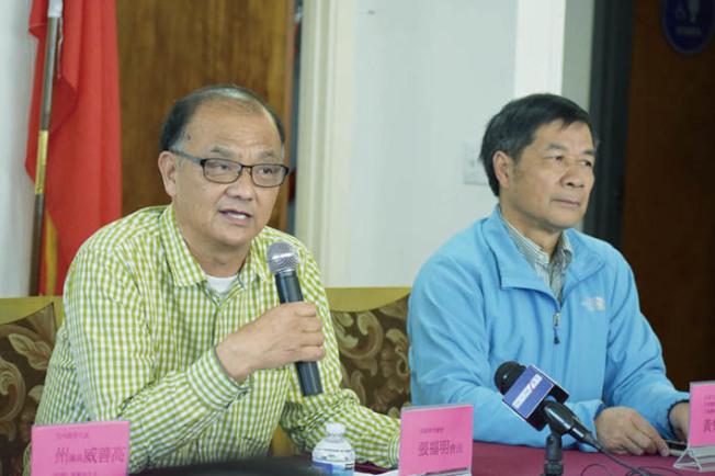 華商總會會長張福明(左)及寧陽總會館主席黃楚文聽取華人社區的意見心聲。(記者李秀蘭/攝影)
