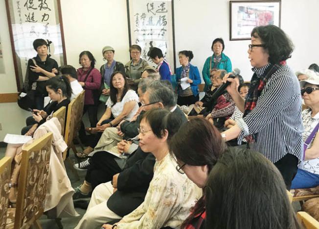 參加會議的鄭瑪莉(右面站立者)及許多華裔踴躍發言,分享心情。(記者李秀蘭/攝影)