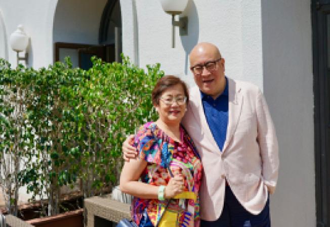 旅美著名歌唱家田浩江(右)摟著妻子廖英華。(陳開/攝影)