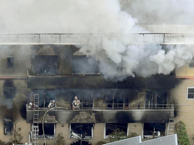 日本動畫製作公司「京都動畫」(京都アニメーション)第一製作所18日遭人縱火,造成33人死亡、35人輕重傷。罹難者多數死於一氧化碳中毒,有多達20人是倒在3樓通往屋頂的樓梯間。(美聯社)
