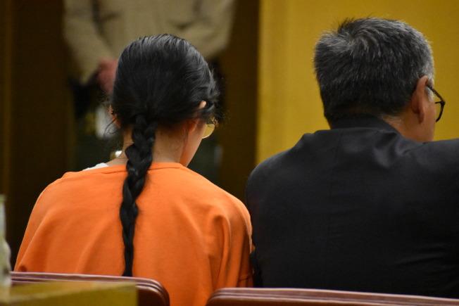 留長髮、綁辮子的甄家女兒(左),畢業於柏克萊加大,從事生物遺傳學研究。右為她的辯護律師尤馬尼。(記者李秀蘭/攝影)