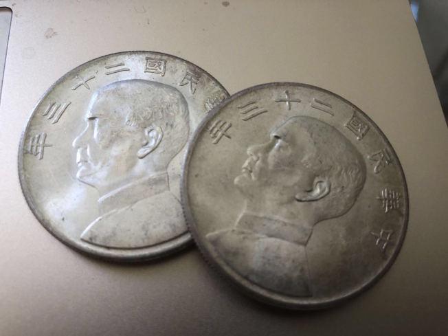 兜售金元寶者,除金元寶以外,還秀出值錢的民國錢幣。圖為類似錢幣。(記者李榮/攝影)