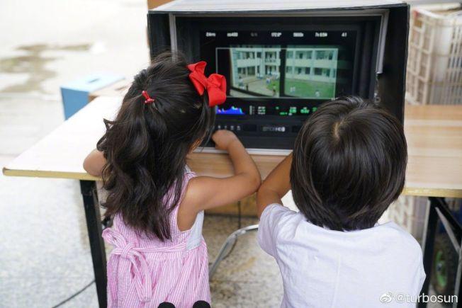 小花和等等兩兄妹認認真真的盯著監視器。(取材自微博)