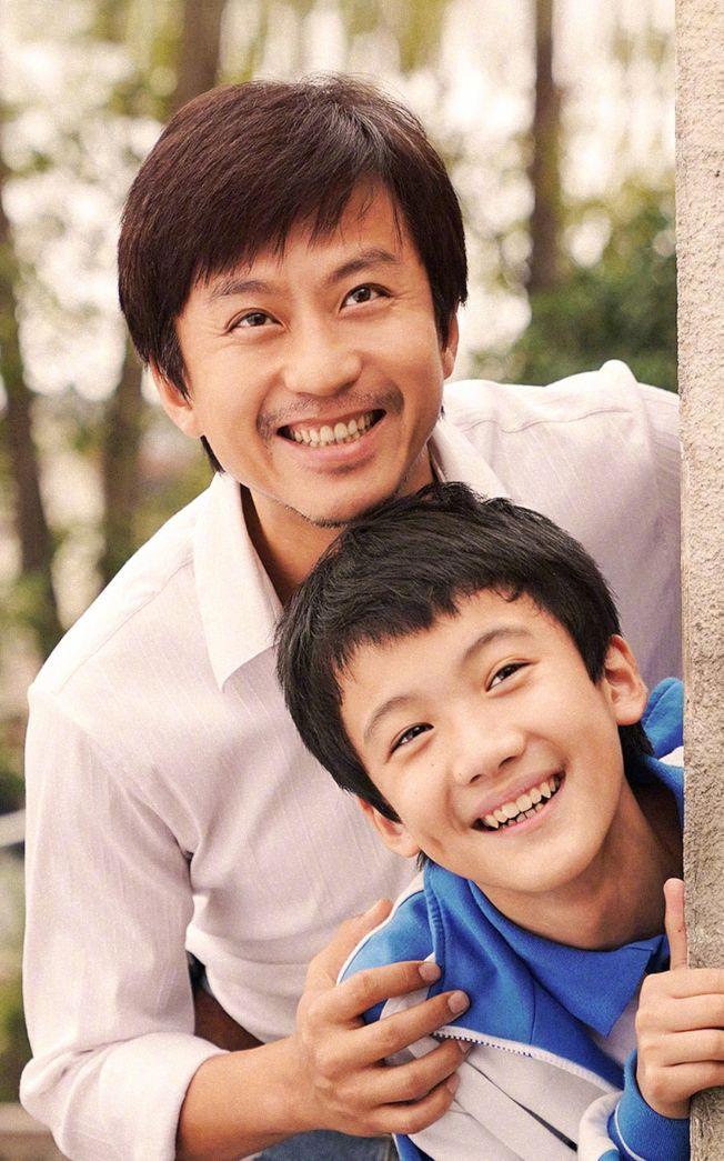 鄧超(左)在電影中被別人叫爸爸,兒子等等十分不解。(取材自微博)