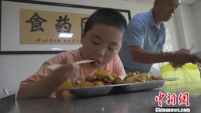 為了增重救爸爸,拼命吃飯成了路子寬的日常大事。(取材自中新網)