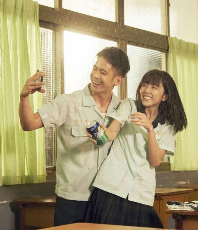 李淳(左)和邵雨薇在《陪你很久很久》扮演高中生,展現青春活力。(圖:威視提供)