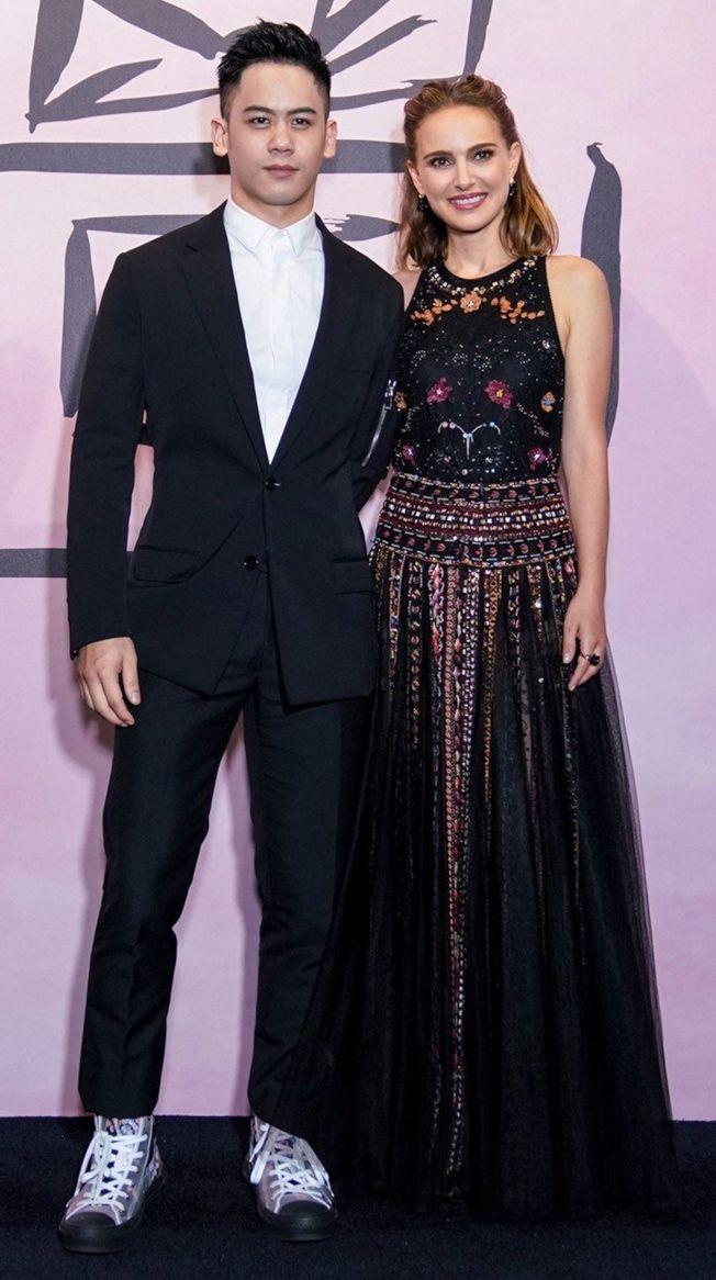 李淳在《迪奧小姐:愛與玫瑰》展覽活動中巧遇娜塔莉波曼。(圖:迪奧提供)