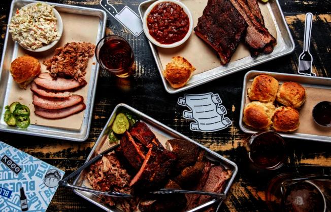Blue Smoke提供各式煙燻肉品、特色雞尾酒及精釀啤酒、葡萄酒及威士忌等。(取自餐館周官網)