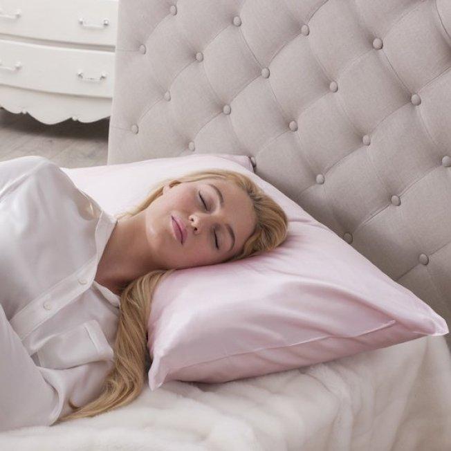 醫生指出,絲質枕頭套有些護膚護髮的好處。(取自推特)