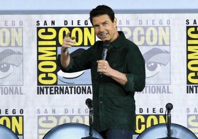國際電影巨星湯姆.克魯斯18日驚喜現身聖地牙哥國際動漫展(SDCC)開幕日,帶來睽違30多年的《捍衛戰士》續集首部預告片,讓全場8000名影迷陷入瘋狂。圖╱GettyImages