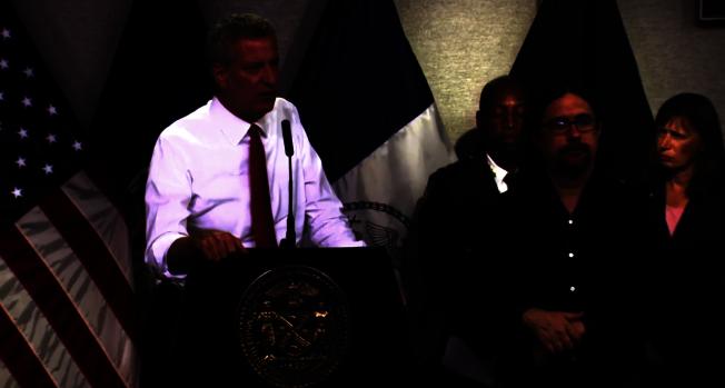 紐約周末氣溫將破百,白思豪下令建築樓將恆溫器設定為78℉。(市長辦公室提供)