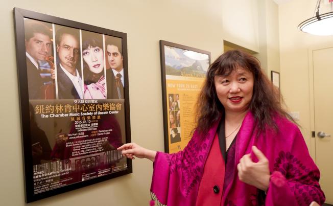 吳菡指著她到台灣演出的海報,分享她推廣室內樂到亞洲的經驗。(許振輝/攝影)