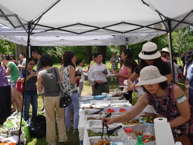 夏季年度燒烤活動,民眾踴躍參加。(記者劉偉/攝影)
