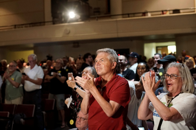 穆斯林國會女議員歐瑪回到選區明尼蘇達州,在里民大會受到家鄉選民熱烈歡迎。(路透)