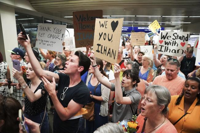 穆斯林國會女議員歐瑪回到選區明尼蘇達州時,在機場受到家鄉選民熱烈歡迎。(美聯社)