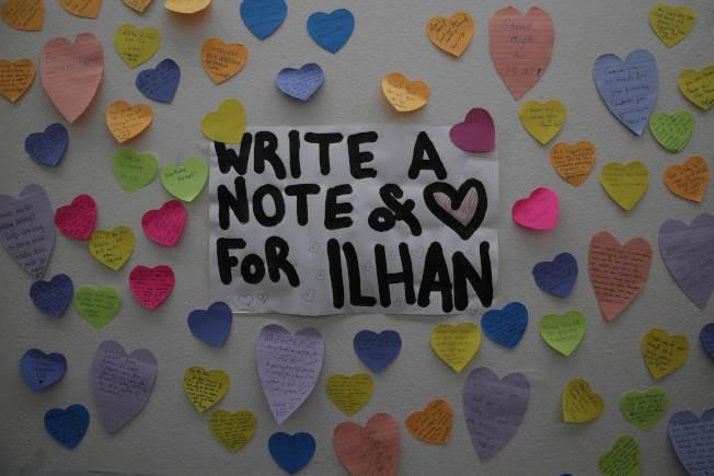 民眾在穆斯林議員歐瑪的國會辦公室名牌前用心型貼紙表達對她的支持。(Getty Images)