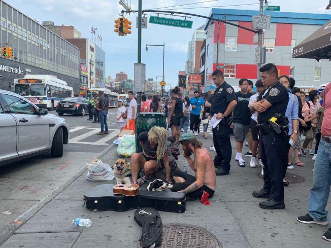 未穿上衣的白人遊民男子樂器被砸壞,另一名白人女性遊民在警方問訊時不停哭泣。(記者牟蘭/攝影)