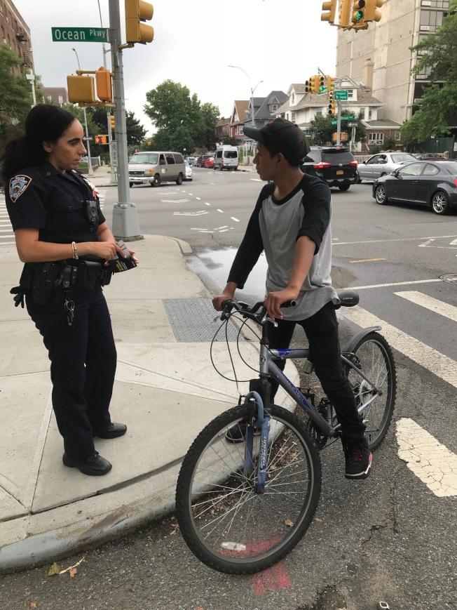 市警68分局日前走上街區,向單車騎士展開外展宣導工作,注意街道安全。(市警提供)
