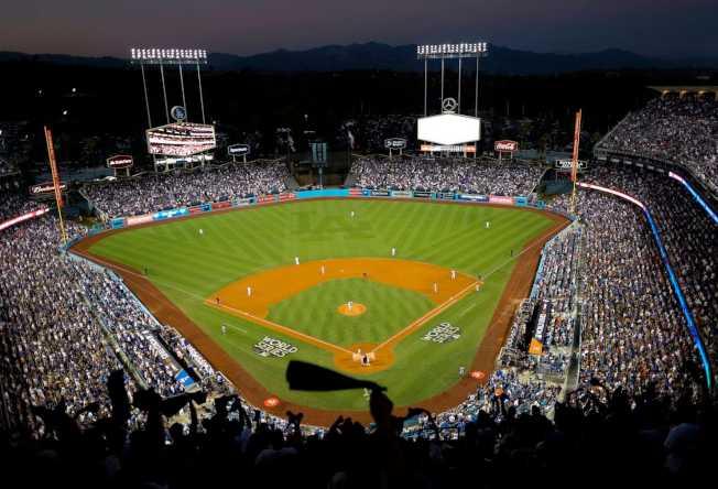 前往道奇棒球場看球「代價」愈來愈高。(美聯社)
