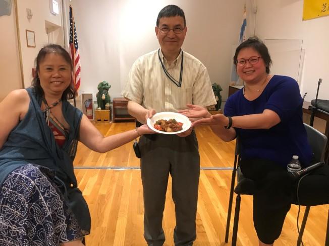 芝加哥美洲華裔博物館前任館長詹倩清(左)與現任館長劉振斌(中)與「尋找左宗棠」紀錄片的製片李鏡(右)一起品嚐「左宗棠雞」。(特派員黃惠玲/攝影)