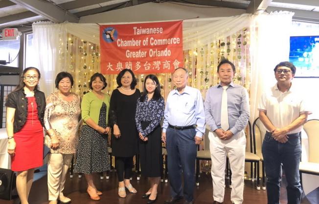 大奧台商會會長徐國鈴(左四)和部分出席的顧問合影。(林哲光提供)