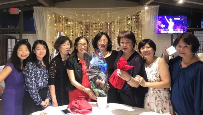 大奧台商會的理事和顧問祝賀會長徐國鈴(左五)順利連任交接。(林哲光提供)